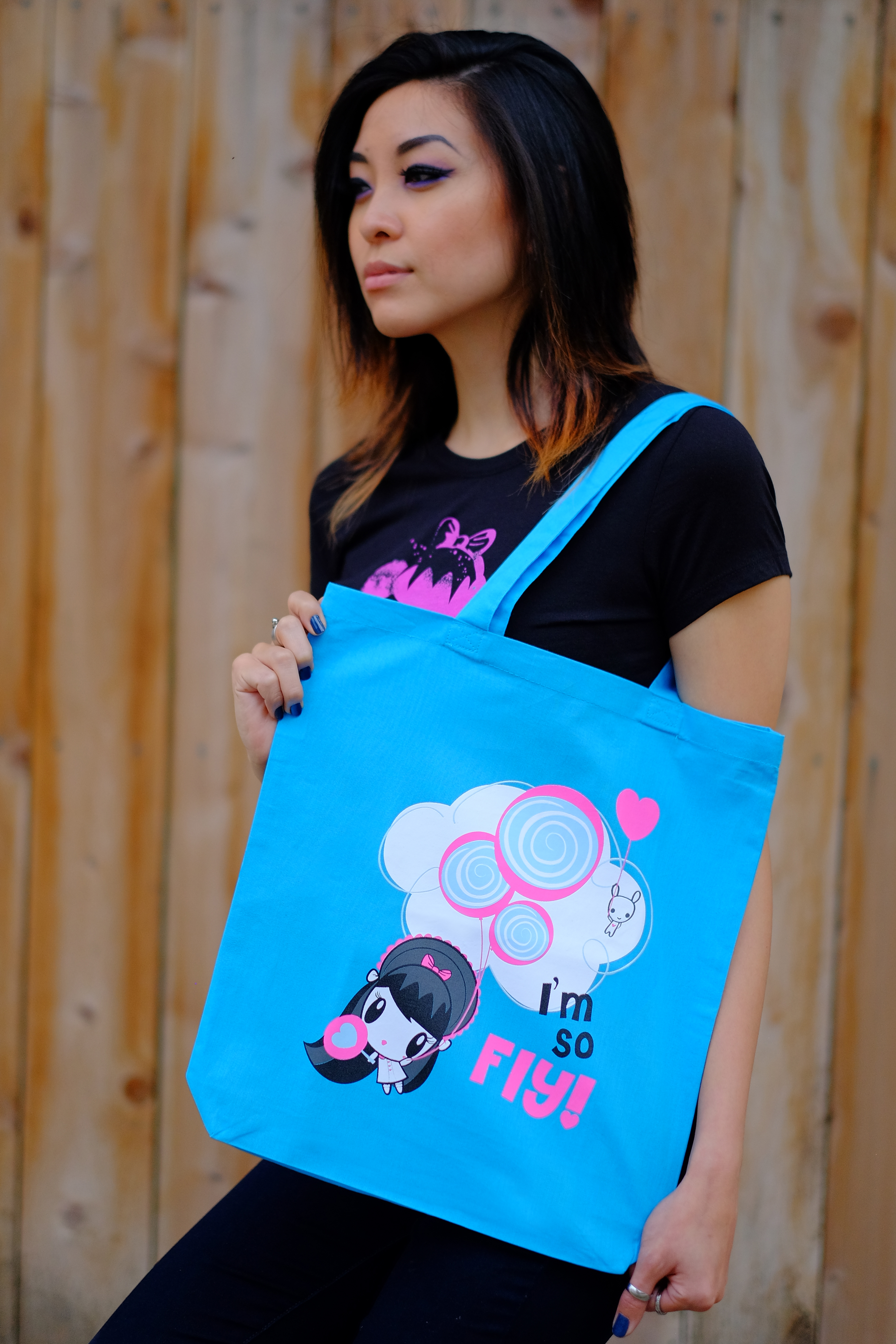 Woman with Lolligag tote over her shoulder